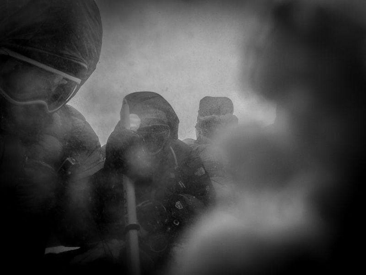 Un breve descanso durante un ascenso al monte Elbrus en una jornada muy tormentosa.