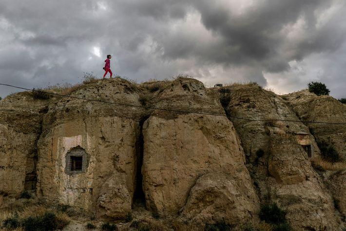 Judith, una niña de 12 años que vive en Guadix, camina por encima de una casa ...