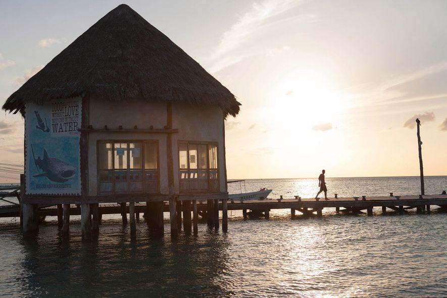 El sol se pone sobre un muelle en la Isla Holbox. Aunque se propuso un gran ...