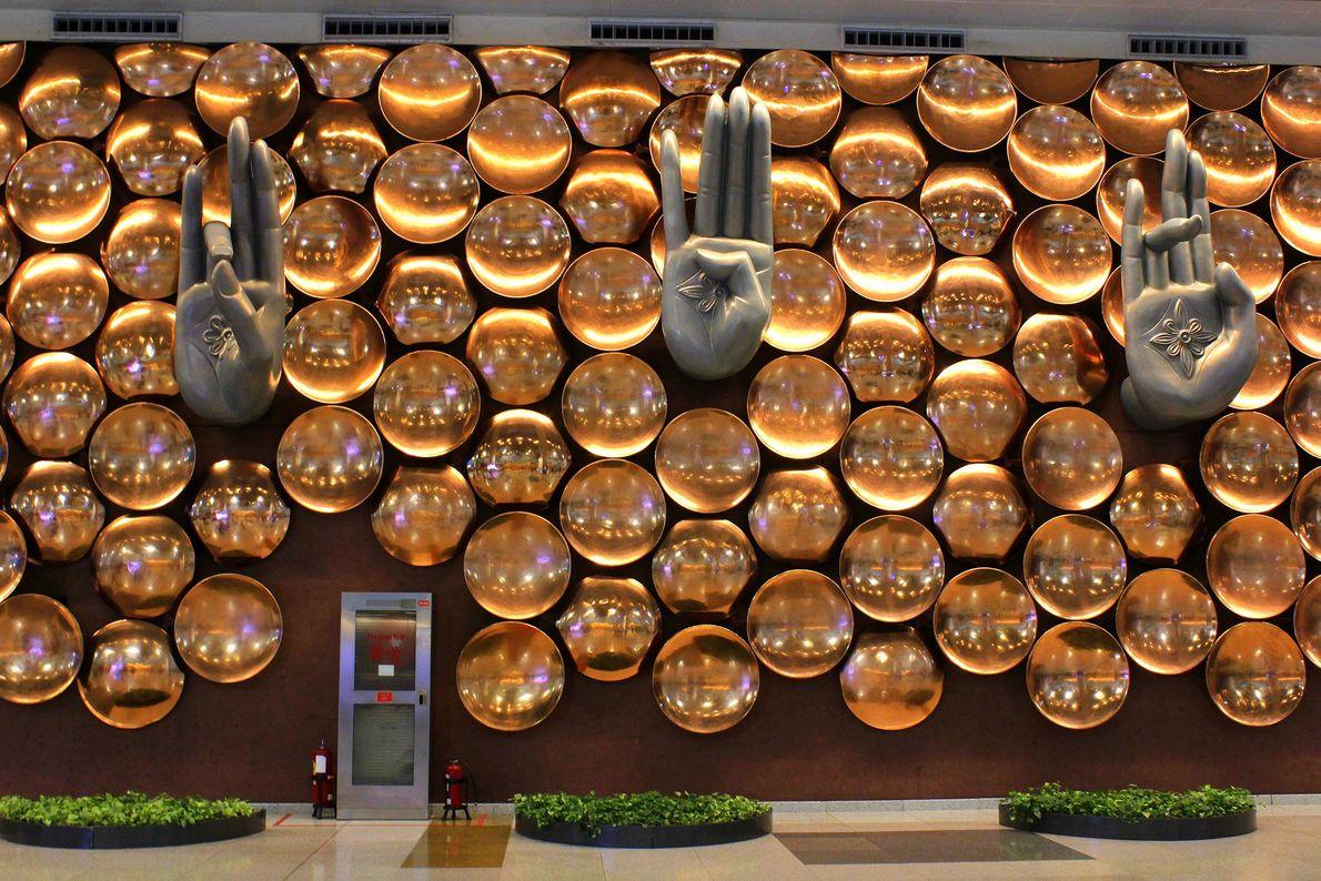Manos expresivas esculpidas llegan a los visitantes en Indira Gandhi International (IGI) en Delhi, India. Rodeados ...