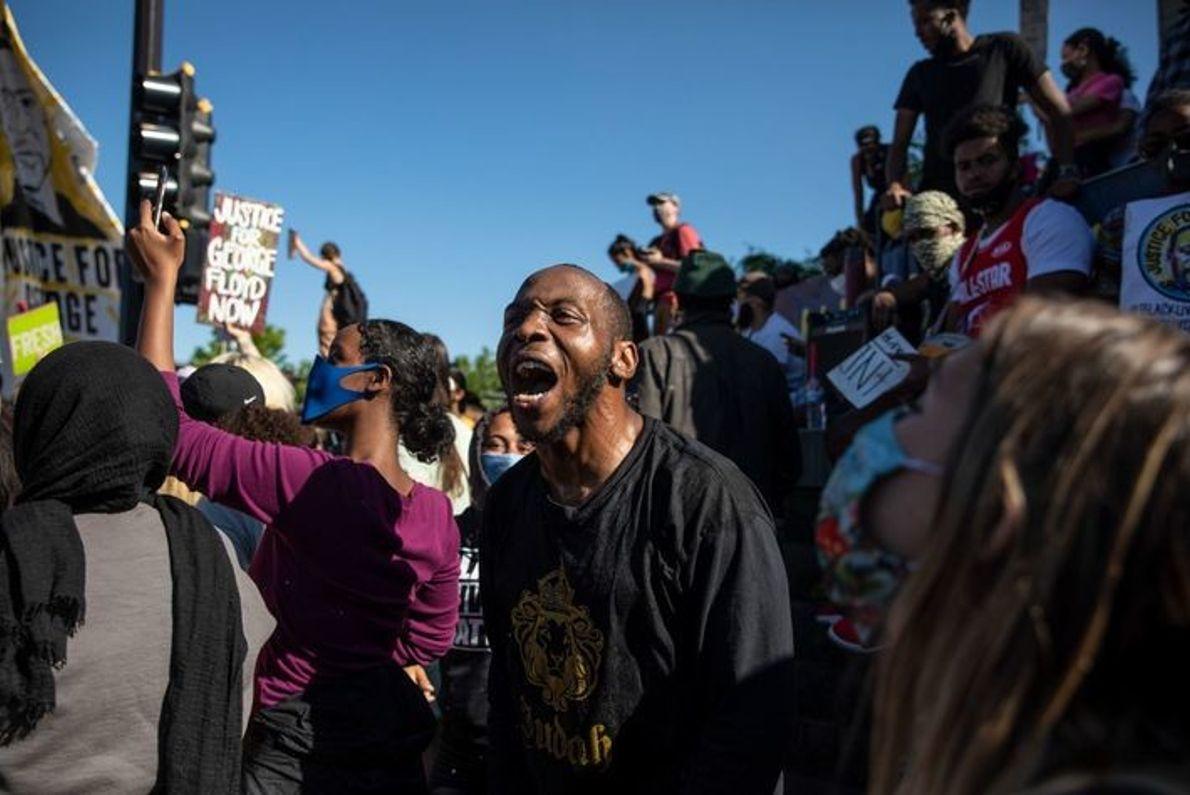 Los manifestantes rodean la Comisaría Quinta de Minneapolis, uno de los centros de las protestas del ...