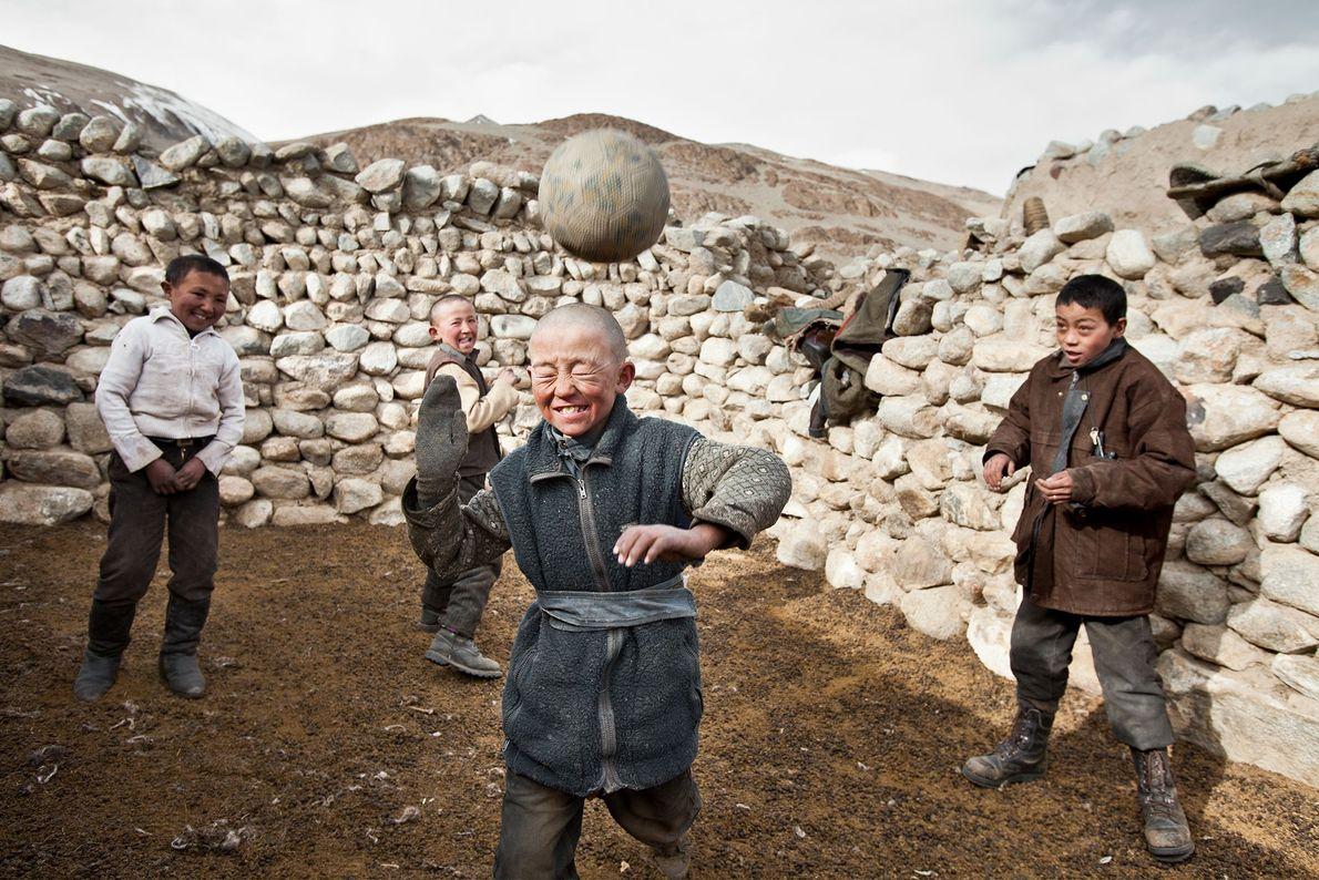 Niños de Kirguistán juegan con lo que, en ese entonces, era la única pelota de fútbol ...