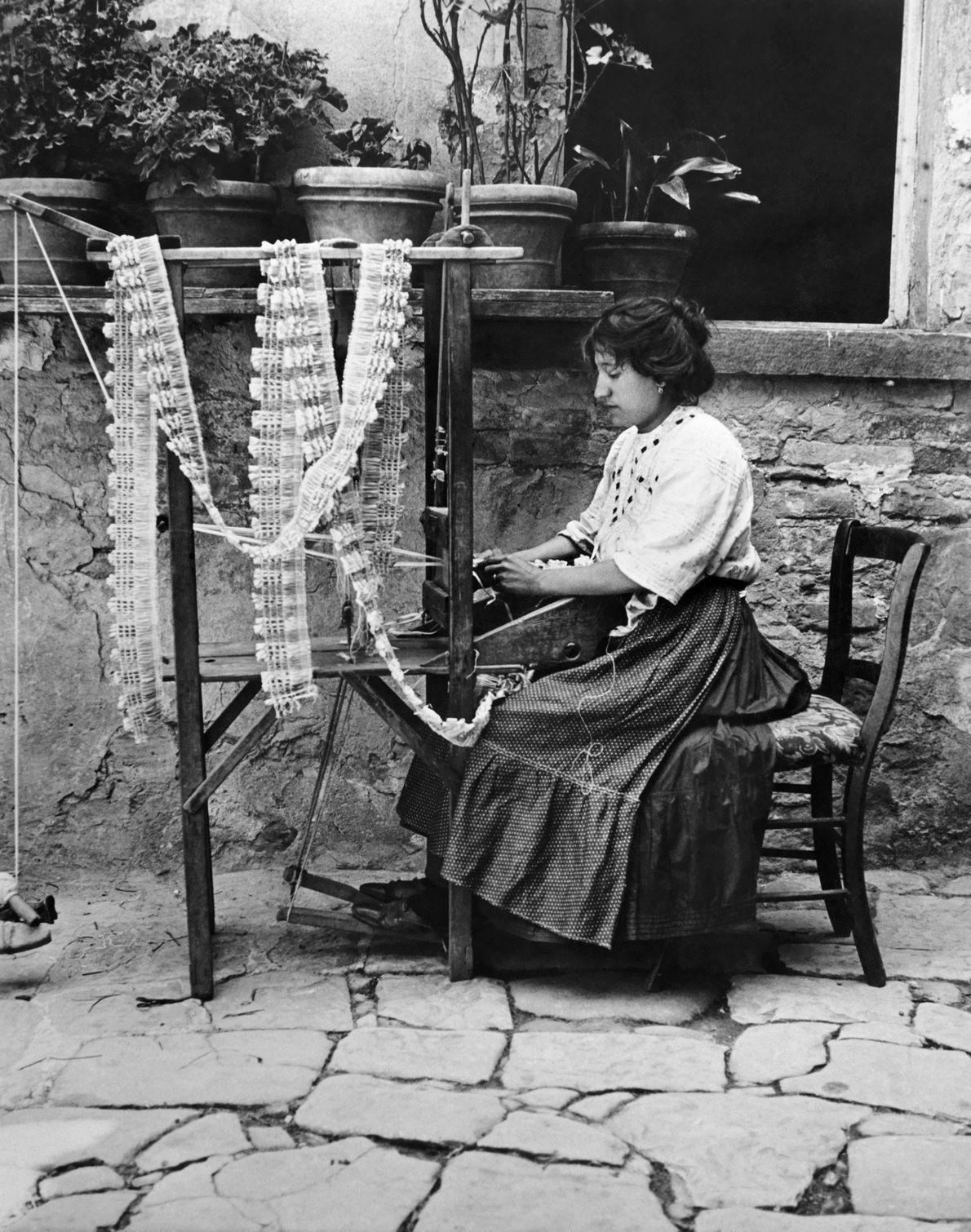 Una mujer en la isla de Burano en Venecia, Italia, crea el encaje por el que ...