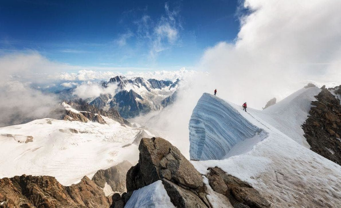 Dos alpinistas recorren una cordillera helada en la cumbre del Mont Blanc du Tacul.