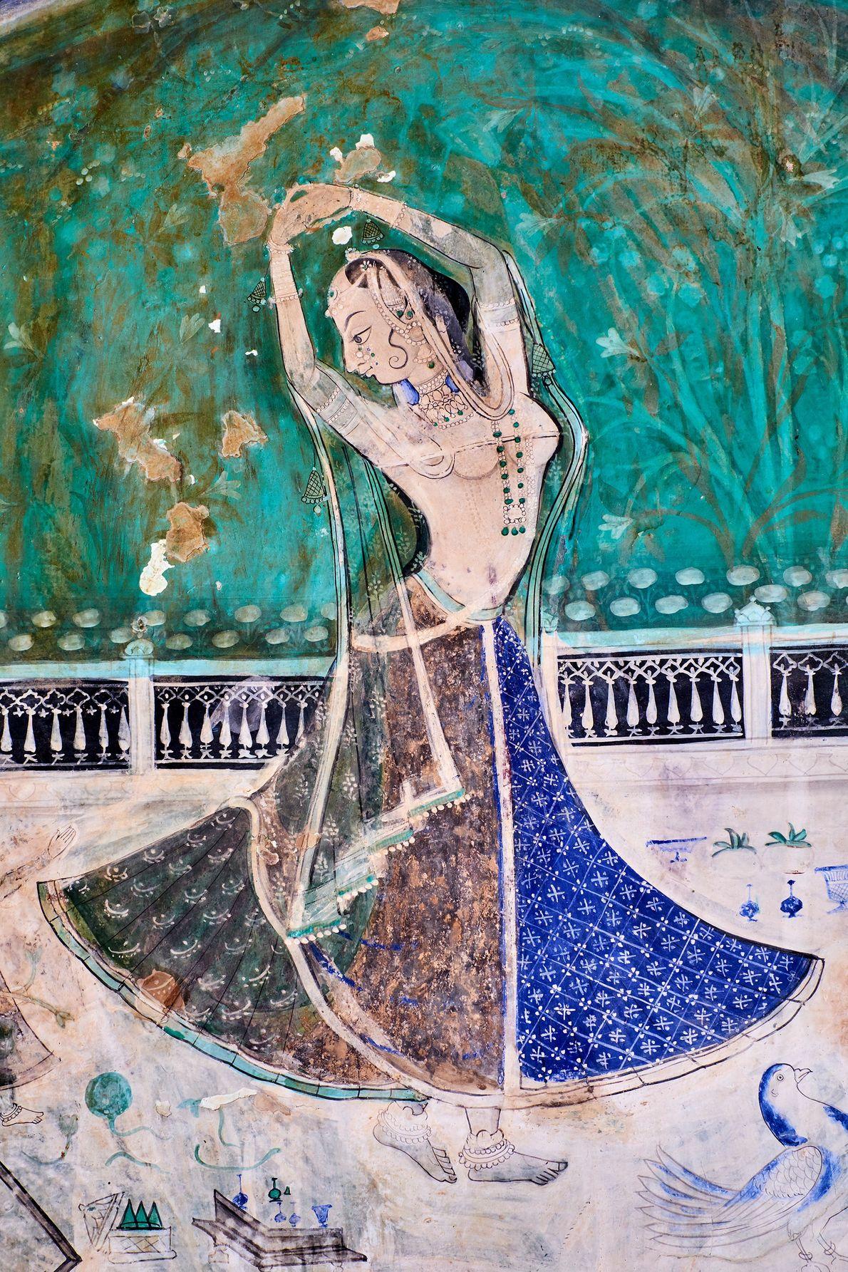 Dentro del Garh Palace de Rajasthan, las paredes de la sección de Chitrashala están adornadas con ...
