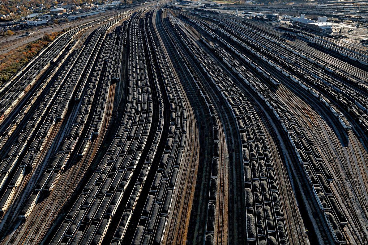 En una terminal de carbón, los vagones cargados con carbón se alinean para llenar los barcos ...