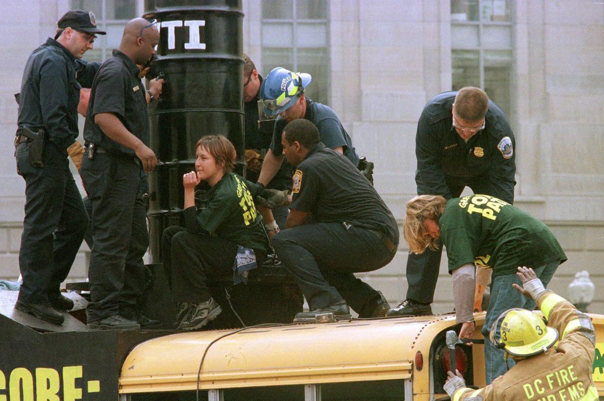 El 25 de octubre del año 2000, dos manifestantes de Greenpeace fueron arrestados frente a la ...