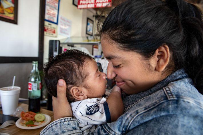 Adriana dio a luz a Leandro seis meses después de separarse de Miguel en la frontera. ...
