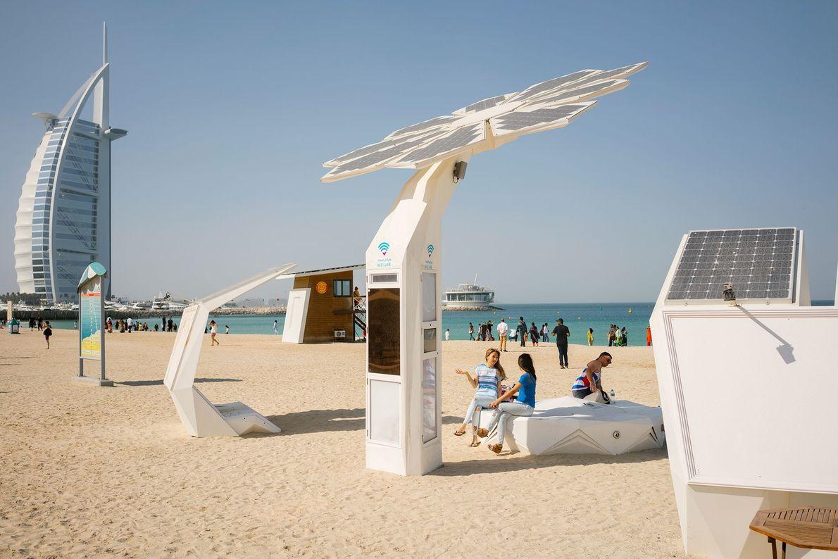 En Jumeirah Beach en los Emiratos Árabes Unidos, una Smart Palm de 6,5 metros que funciona ...