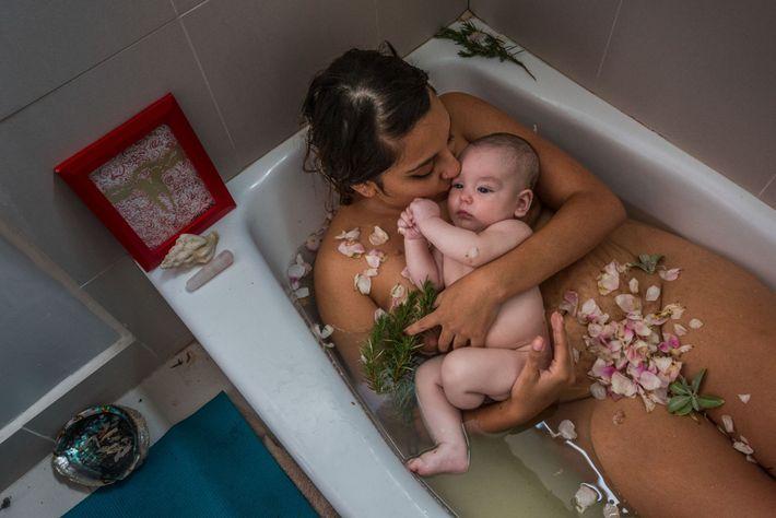 Una madre y su bebé celebran el final de su cuarentena o quarentine con un baño ...