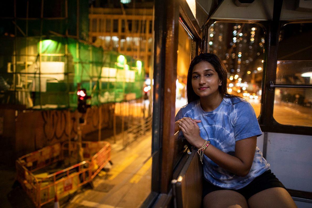 Deena Ravi Thinakaran, 24 años, profesora de herencia india, sentada en el tranvía en Sheung Wan, ...