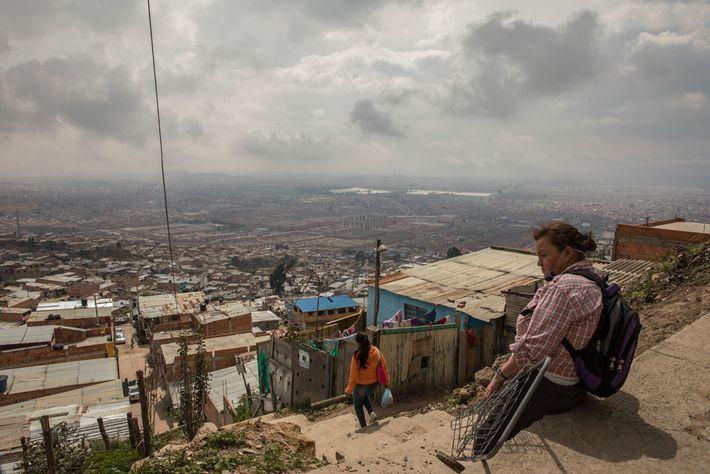 Una mujer descansa en los Altos de Cazucá, un área perteneciente al Estrato 0 que es ...