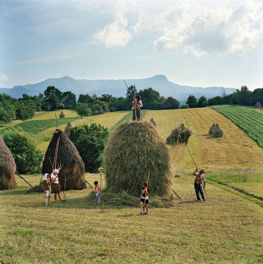 Una familia crea un imponente pajar en una ladera en Breb, Rumania.