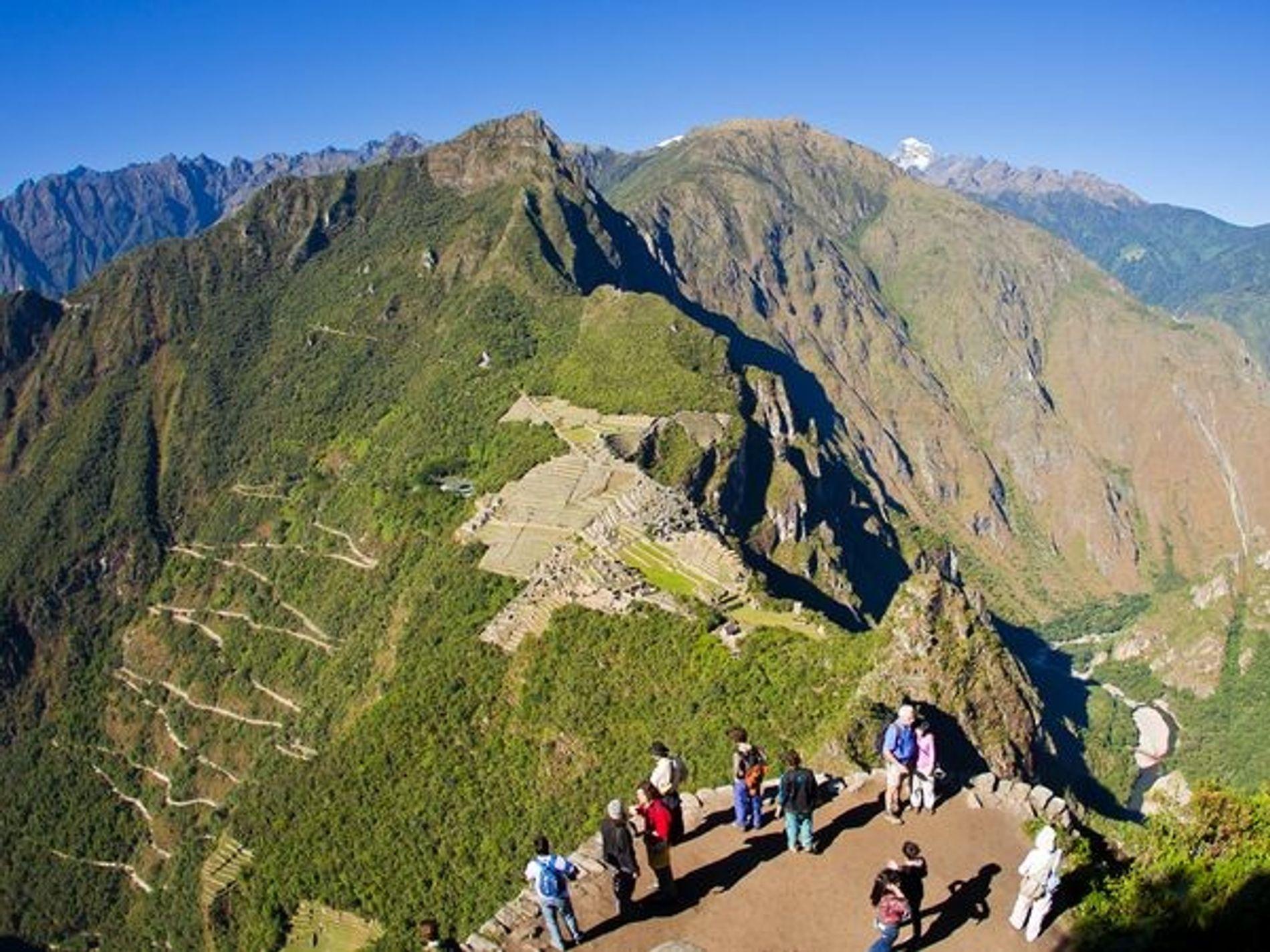 La cima del Huayna Picchu, también conocido como Wayna Picchu, les ofrece a los turistas una visión panorámica del Machu Picchu.