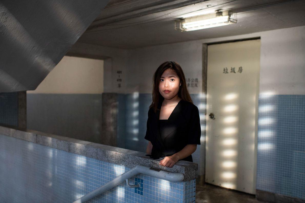 Sandy Au, de 28 años, en uno de los edificios circulares del estado en Lai Tak ...