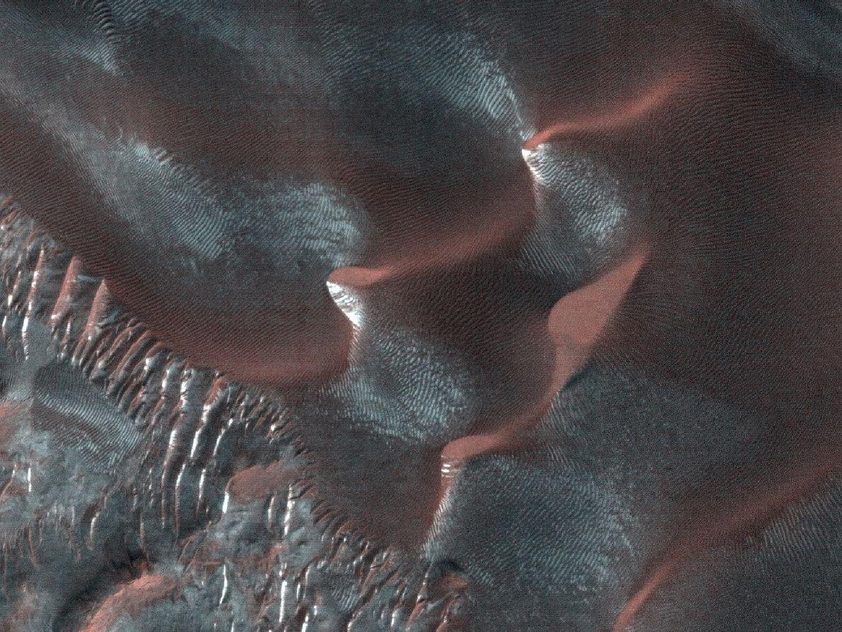 """Los accidentes geográficos denominados """"barrancos"""" se encuentran en muchas de las grandes dunas marcianas y comparten ..."""