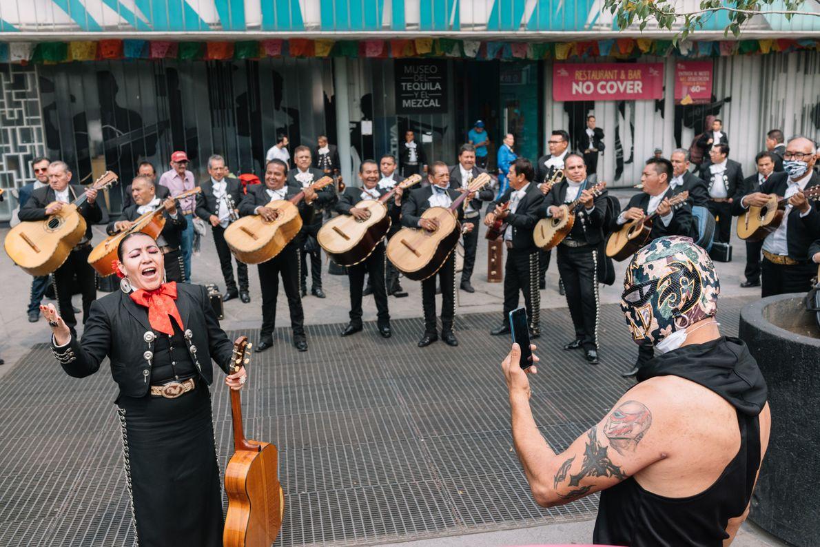 Presentación de mariachis en la Plaza Garibaldi para recaudar alimentos que fueron repartidos entre su comunidad.  (Instagram: @rubensalgadoescudero)