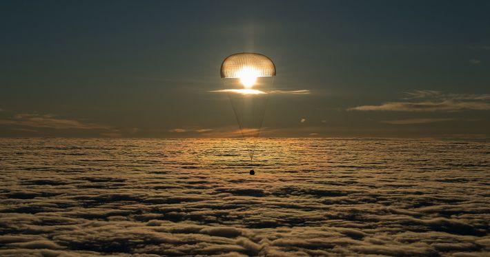 Llevando a tres viajeros espaciales a casa desde la EEI, la nave espacial Soyuz MS-06 aterriza ...