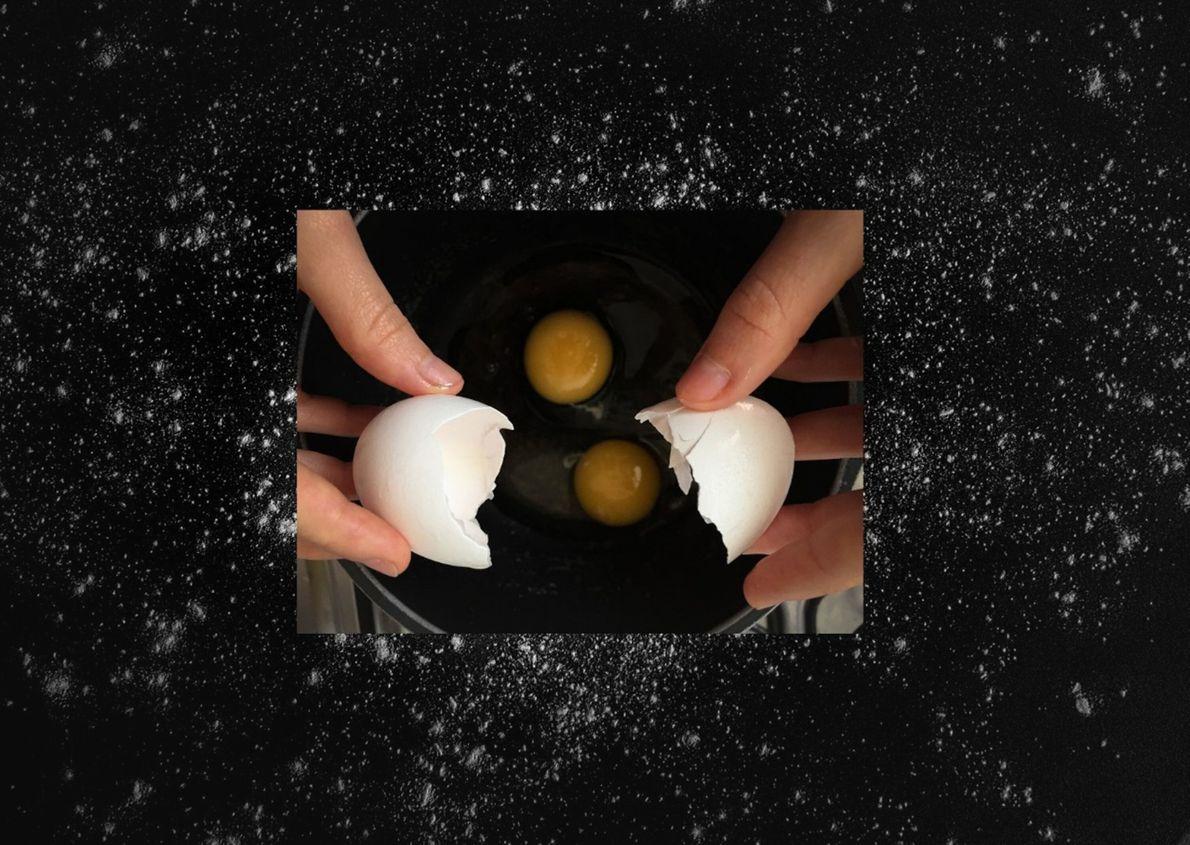 En la imagen frontal, autorretrato rompiendo huevos para preparar una tortilla. En la imagen de fondo, ...