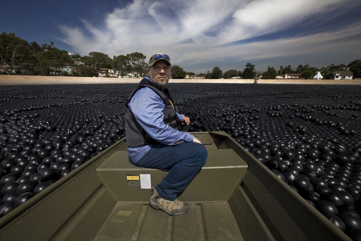 Se utilizaron las bolas de sombra en el depósito como una alternativa más barata al tratamiento ...