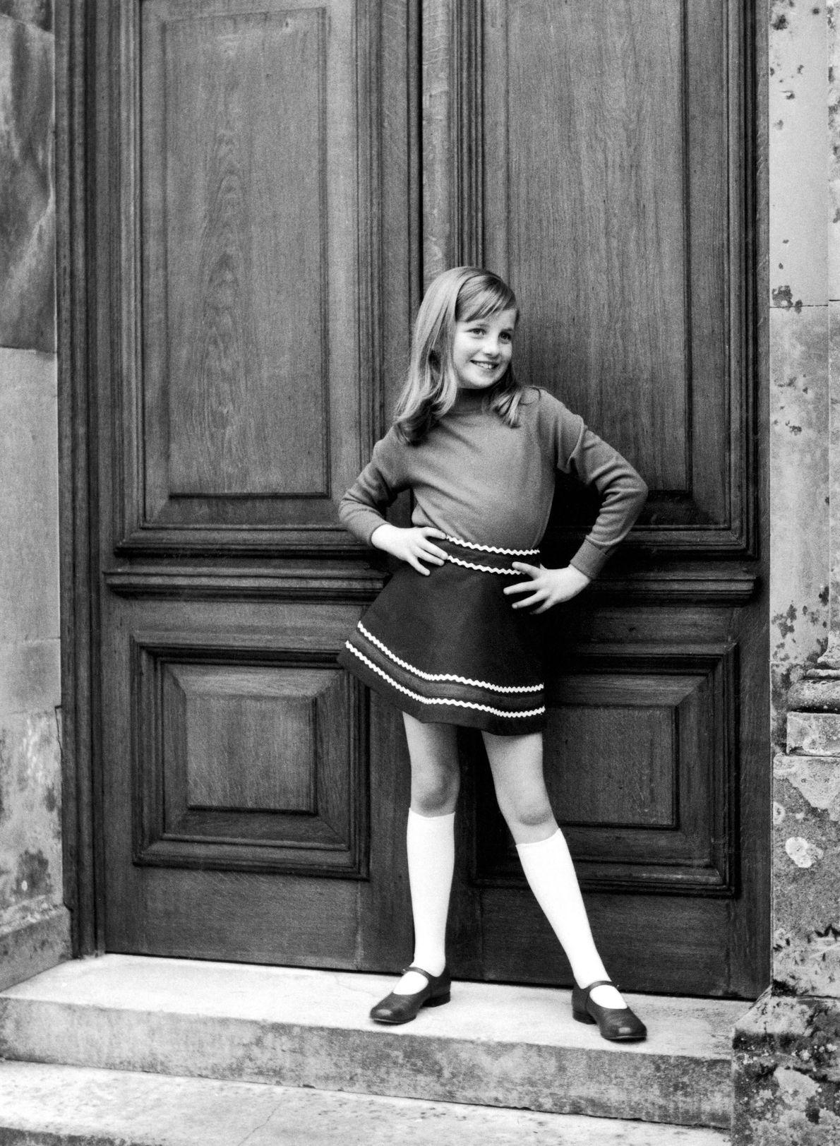 Una foto de un álbum familiar privado de 1967-1969 muestra a Diana posando como una joven ...