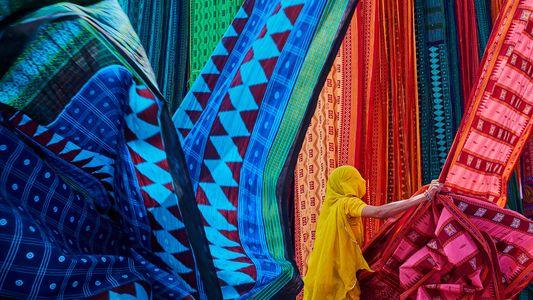 La sorprendente historia detrás de la vibrante tradición del sari en la India