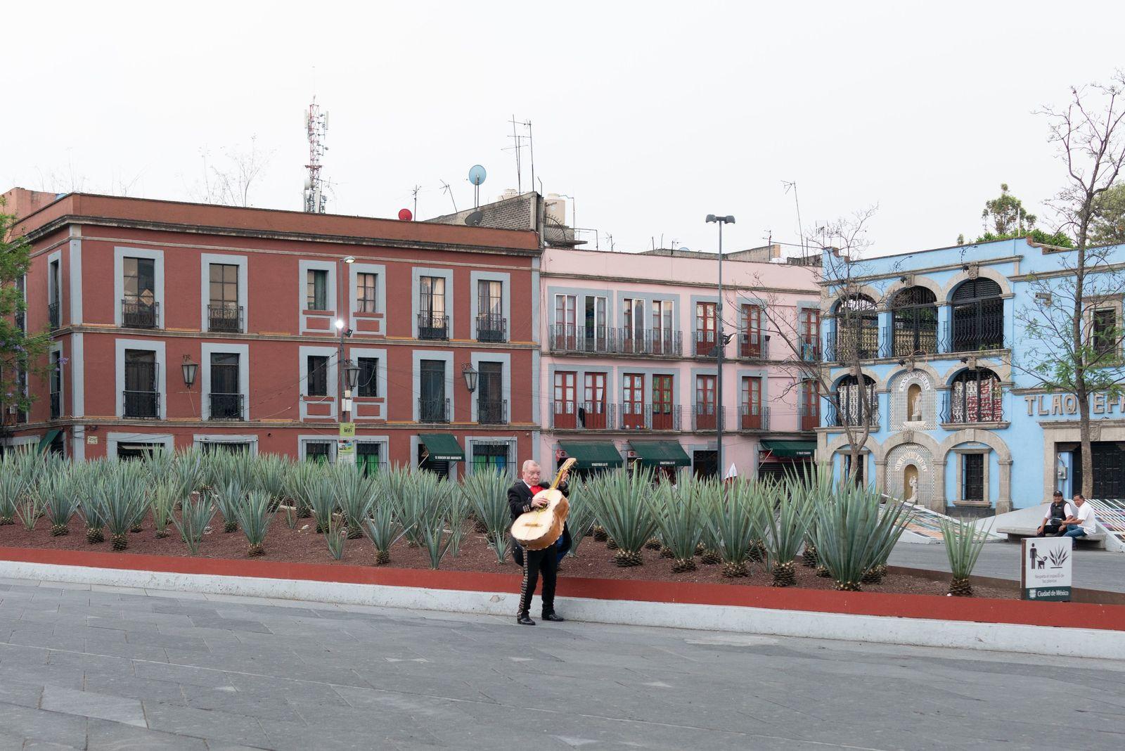 Mariachi toca su instrumento en medio de la soledad de la Plaza Garibaldi durante la pandemia ...