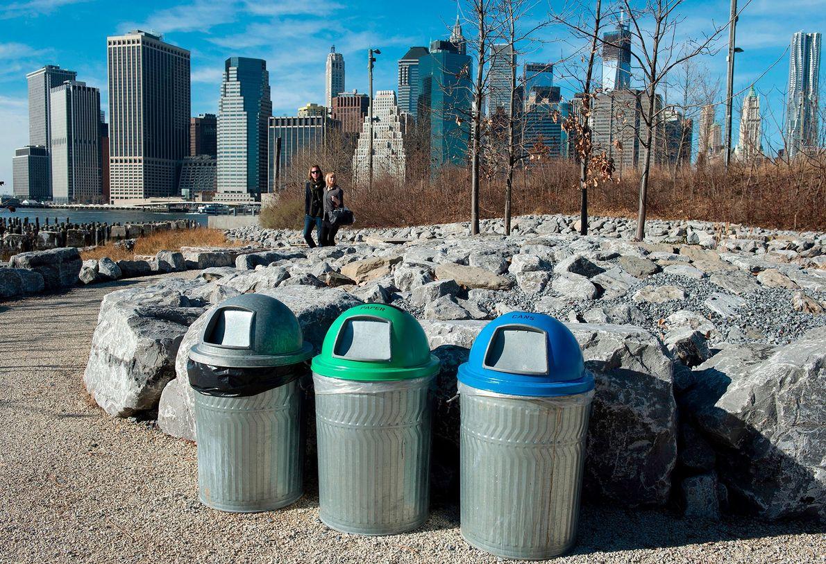 Una pareja en el Brooklyn Bridge Park, en la ciudad de Nueva York, pasa junto a ...
