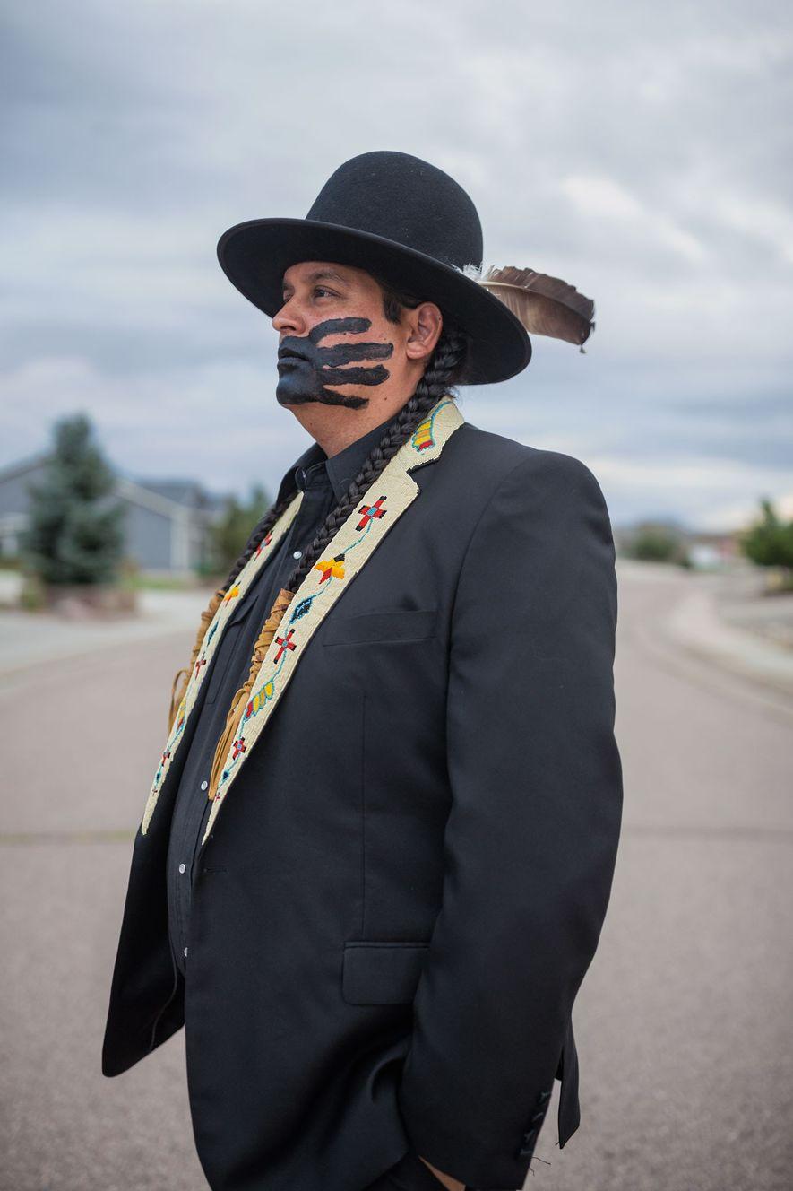 Gregg Deal, un Pyramid Lake Paiute, utiliza arte para desafiar las ideas falsas sobre la identidad ...