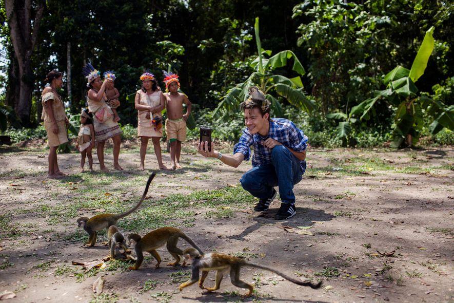 Alejandro Díaz se saca un selfie en la Isla de los Micos, en Colombia. Tras él ...