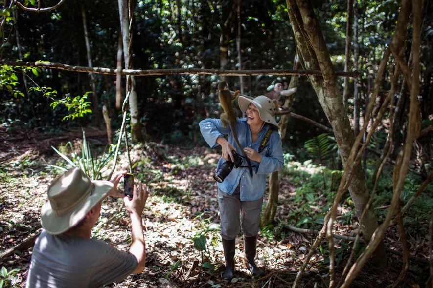 Rodolfo Obregón fotografía a su mujer, Luz Adriana Obregón, en la Fundación Maikuchiga en Mocagua, Colombia. ...
