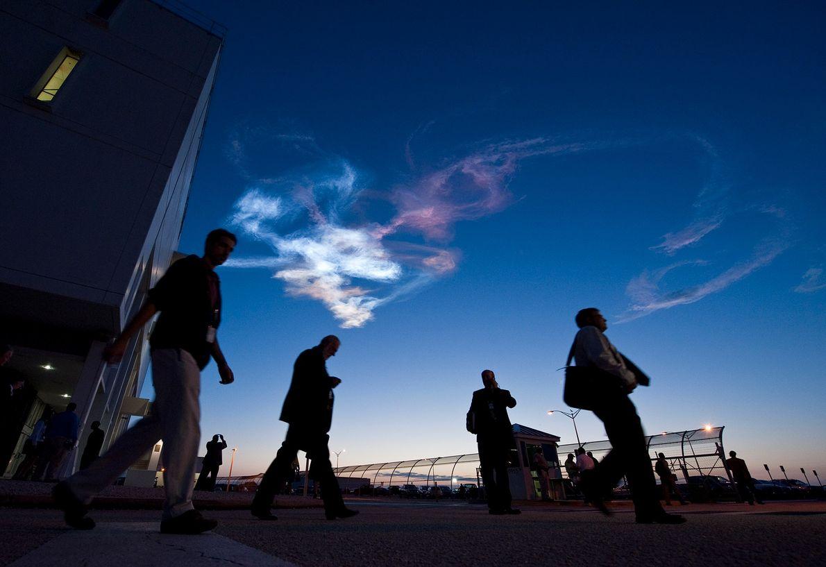 Los trabajadores abandonan el Centro de control de lanzamiento en Cabo Cañaveral, Florida, después del lanzamiento ...