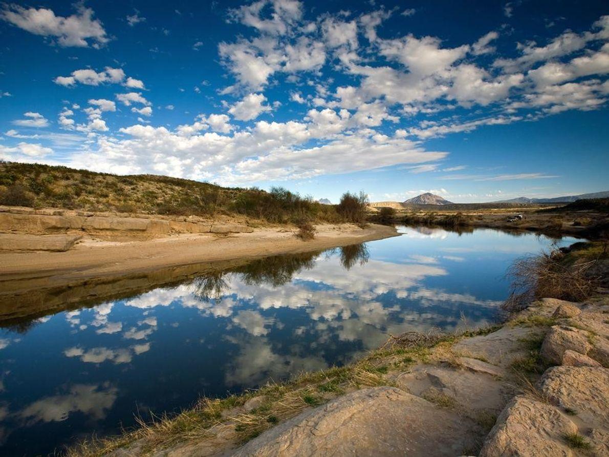 El Rio Grande marca la frontera de los Estados Unidos y México en Adams Ranch cerca ...