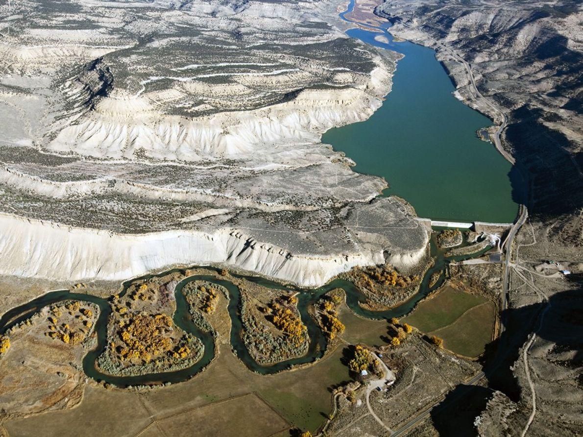 Vista aérea del reservorio y de los campos del río Colorado cerca de Meeker.