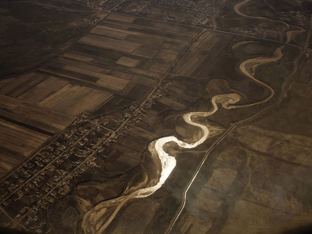 El río Sir Daria cerca de Taskent. El río alimenta a la región norte del mar ...