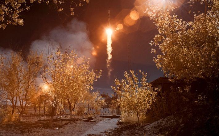 En esta imagen infrarroja de color falso, se ve la nave espacial Soyuz MS-10 lanzada desde ...