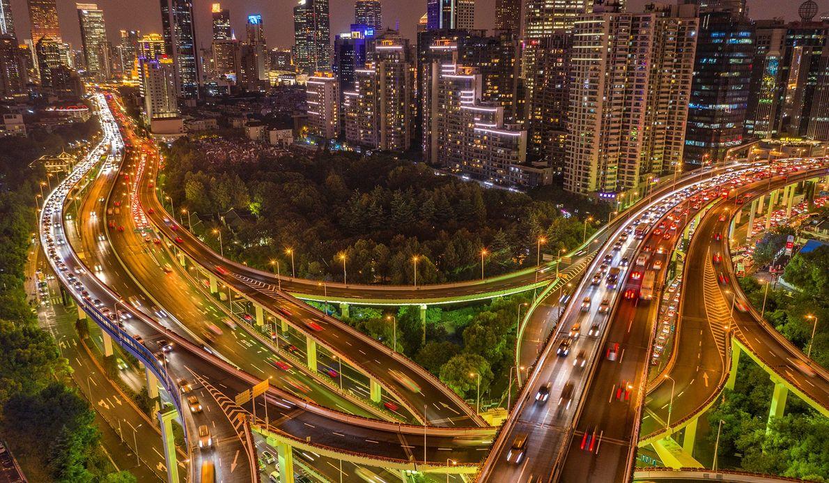 La autopista Yanan pasa por debajo de la autopista Norte-Sur en Shanghai, China.