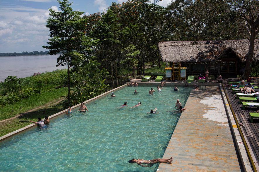 Los huéspedes del complejo hotelero On Vacation Amazon, que se encuentra en la orilla colombiana del ...