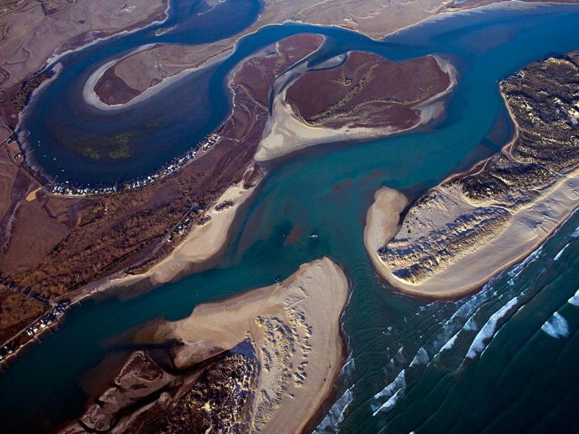 La desembocadura del río Murray donde una draga mantiene el camino abierto.