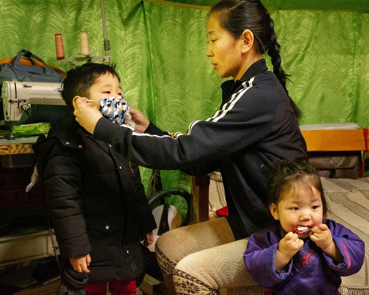 Los padres hacen lo que pueden para proteger a sus hijos del peligroso smog en Ulaanbaatar, ...