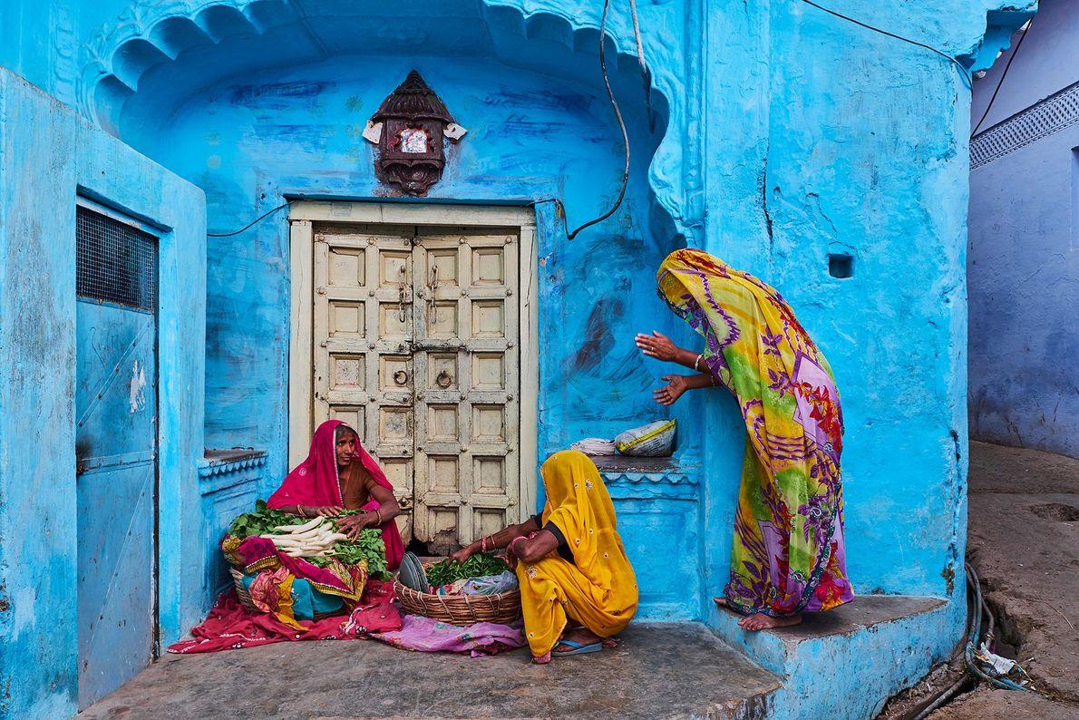 Las mujeres en Jodhpur, Rajasthan, visten saris estilo Bandhani teñidos con corbata típicos de la región. ...