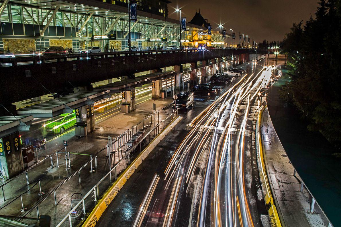 Los faros del Aeropuerto Internacional de Vancouver brillan como tubos electrificados en esta exposición nocturna de ...