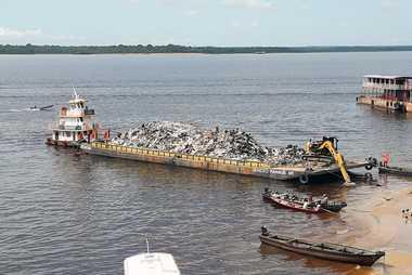 Un ferri lleno de residuos en el puerto de Manaos. Cada día se sacan del agua ...