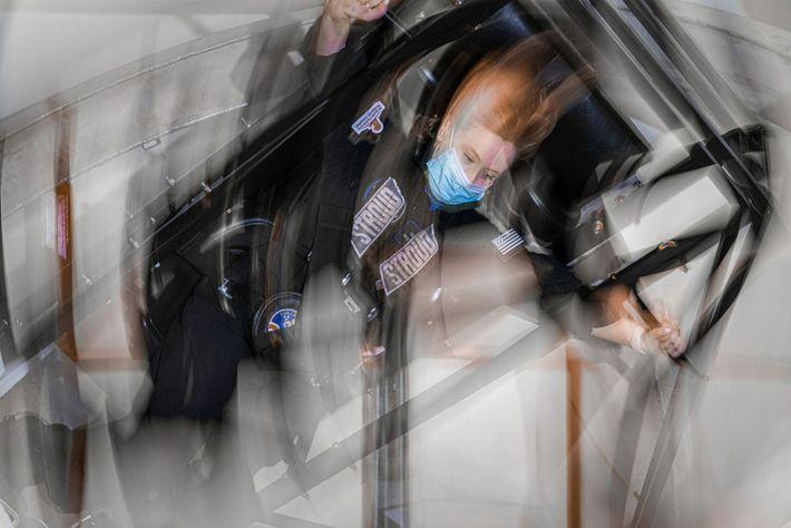 La oficial médico de Inspiration4, Hayley Arceneaux, montada en el módulo de entrenamiento Multi-Axis Trainer, que ...