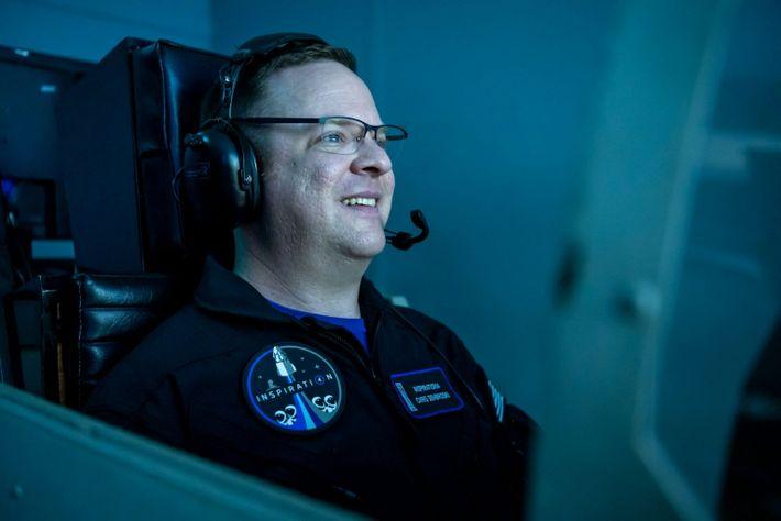 Chris Sembroski, especialista de la misión Inspiration4, sentado en el simulador del Campamento Espacial de Huntsvillo, Alabama ...