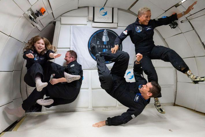 La tripulación de la misión Inspiration4 (de izquierda a derecha) Hayley Arceneaux, Chris Sembroski, Jared Isaacman ...