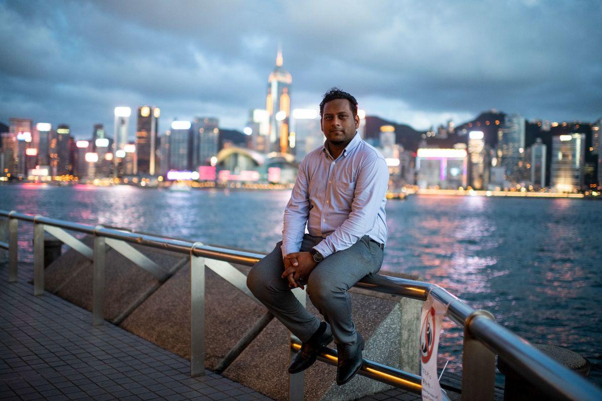El trabajador social Jeffrey Andrews, de 35 años, se sienta en el puerto de Tsim Sha ...