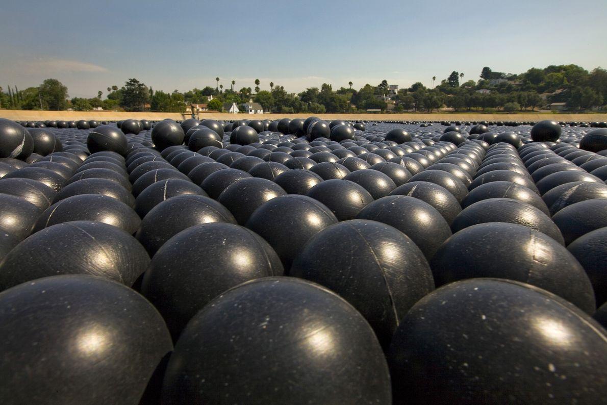 Las bolas de sombra están fabricadas con polietileno negro y cubiertas con un material que resiste ...