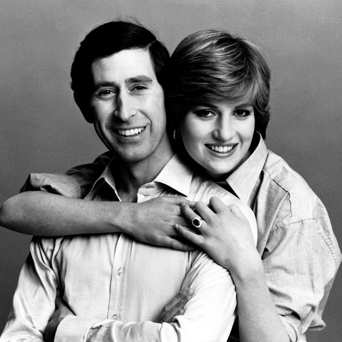 Días antes de su boda, el príncipe Carlos y Lady Di posan juntos. Julio de 1981.
