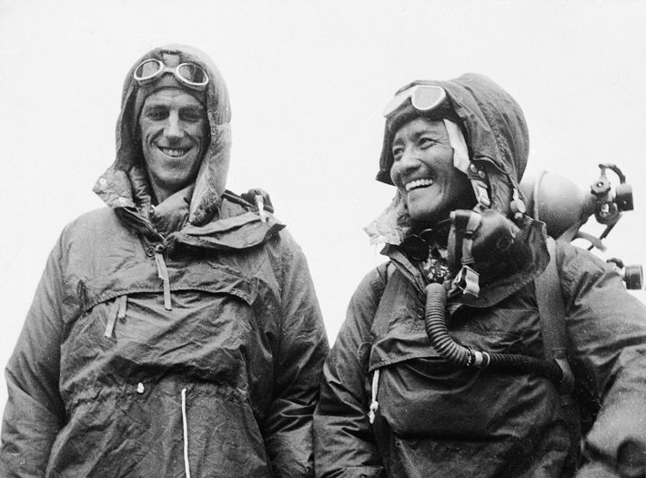 Edmund Hillary y Tenzing Norgay, los primeros en alcanzar la cima del mundo, son todo sonrisas ...